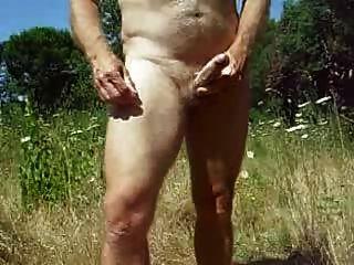 el abuelo se masturba al aire libre