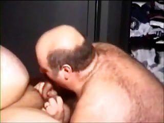 dos hombres rechonchos atractivos que van en él