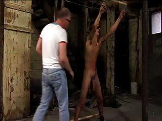 esclavo chico azotado y ordeñado