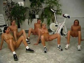 jóvenes nudistas toman ejercicios