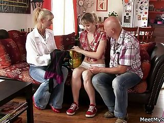 bf me encuentra en trío con sus padres