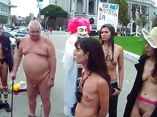 mujeres peludas con pequeñas tetas flacas y vacías desnudas en público