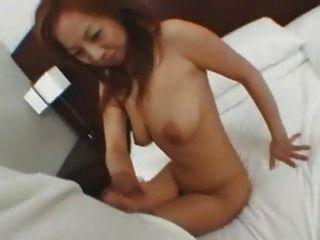 chica japonesa está dando la cabeza