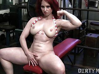 pelirroja andrea se masturba en el gimnasio