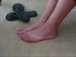 hermosos pies de latina en chancletas y desnudo