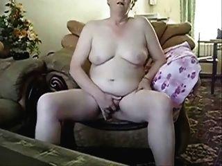 abuela pechugona masturbándose delante de esposo