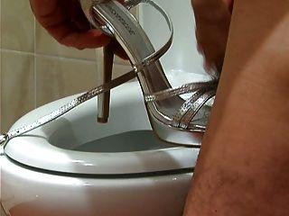 cum en sandalias de plata