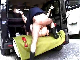 morena alemana follada en la parte trasera de una furgoneta