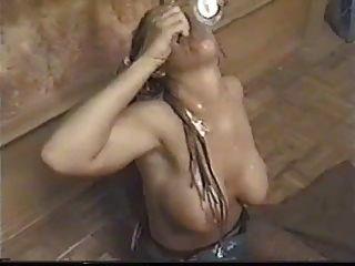 rubia con dreadlocks bebe una taza de cum