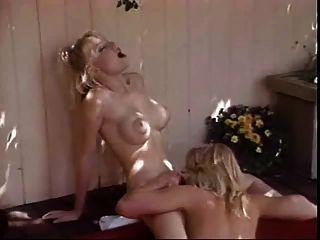 lesbianas en una tina caliente