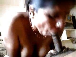 sexy tía india haciendo la mano y mamada a su pareja