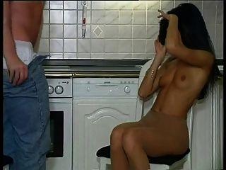chica caliente pantyhosed en la cocina