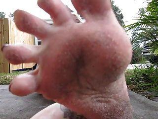 pies sucios en la cara