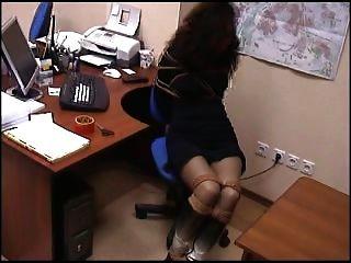 atado en la oficina