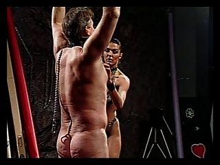 chico es castigado por randy chick en cuero