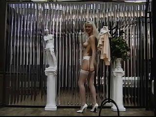 rubia sexy en medias muestra su coño y el culo de la cámara