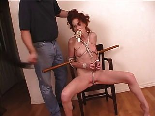 pelirroja milf atado con cuerda y su ropa interior empujó en su boca