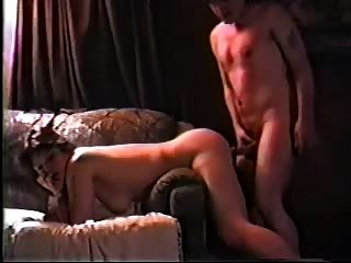 pareja de aficionados follando en un sofá