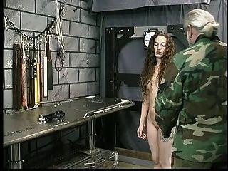 linda joven morena con tatuaje es restringido por el maestro len en la mazmorra