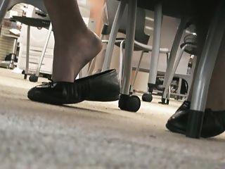 pies latinos en la biblioteca