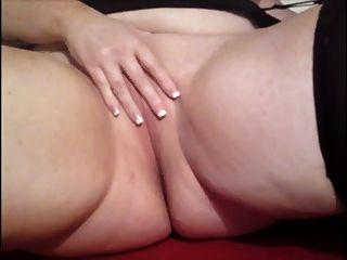 chubby chica en la cama jugando con ella misma