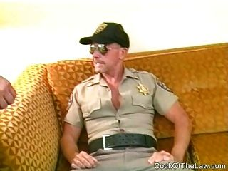 el policía más viejo chupa apagado un oso fornido colgado