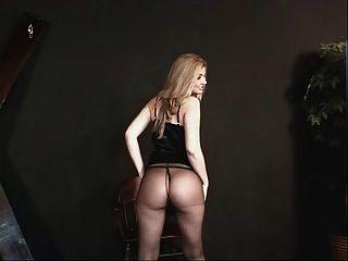tetas pequeñas hottie en un vestido negro y nylons preparándose para alguna acción