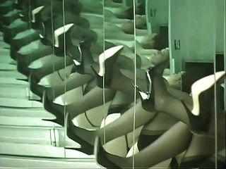 chick en lencería baila delante de espejo y se extiende el culo mejillas