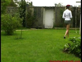 adolescente en extrema mini falda al aire libre en un columpio