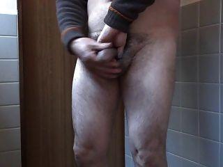 masturbación del hombre viejo japonés erecto del pene
