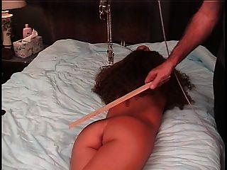 maestro torturas esclavas coño con una abrazadera y cuerda tirando de ella para dar dolor