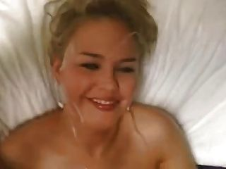 linda rubia da mamada y se eyacula facial