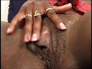 negro pinta se extiende las piernas y los dedos de su coño bonito