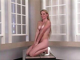 rubia joven caliente extiende sus mejillas apretadas del culo delante del espejo