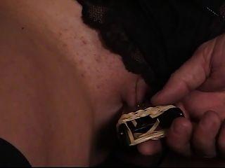 linda joven morena tiene su coño afeitado sujetado por su maestro esclavo más viejo