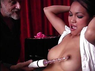 hermosa víctima de esclavos asiáticos con los ojos vendados se burla de su clítoris con un vibrador