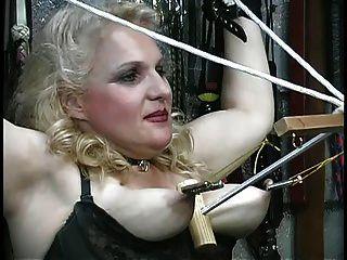 busty rubia obtiene sus tetas abusadas, juega con cuerdas en la mazmorra