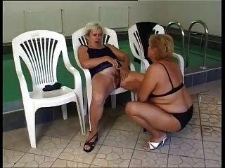 lesbianas maduras follan junto a la piscina
