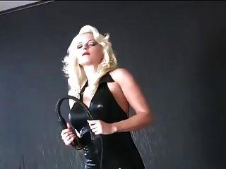 amante en traje negro de látex