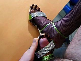 vistiendo y cum en mi madre sandalias de tacón alto con fishnet