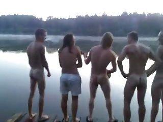 str8 chicos cantando desnudo en el lago