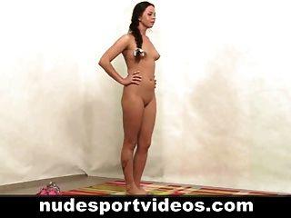 chica aficionada sexy haciendo ejercicios de fitness