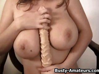 busty chick sara piedra jugando su coño con consolador
