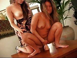morenas lindas juega con consolador en la mesa