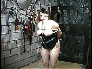 linda esclava chica en corsé es restringida y humillada por su maestro