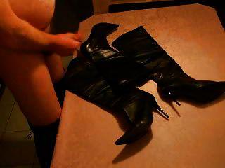 cum en botas de cuero negro después de bootjob