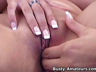 busty vanessa sacude su coño en el sofá