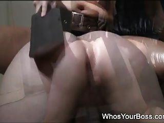 un chico sumiso es azotado por una femdom sexy