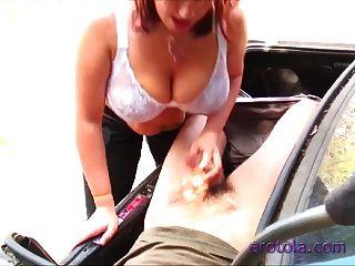boobiekat tetona da mamada a un chico en el maletero!