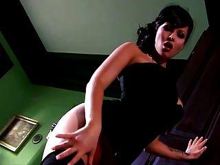 tetas grandes señora con clase juega con su coño